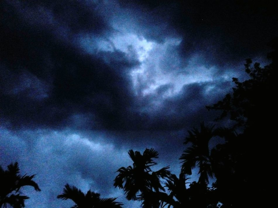 captured this awesome moment last night. Lightning Sky