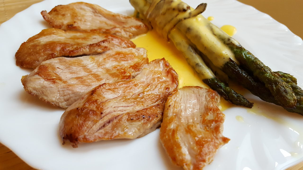 Pork medallions with grilled asparagus and Hollandaise sauce. My really great dinner from my husband 😊 Foodporn Foodphotography Pork Pork Medallions Asparagus Hollandaise Sauce Yammy!!  Sertésszűz Spárga Ebéd Eyeem Hungary Dinner Foodlover Diet Dietfood KetogenicDiet Keto Lowcarb Lowcarblunch Healthy Eating Market Reviewers' Top Picks