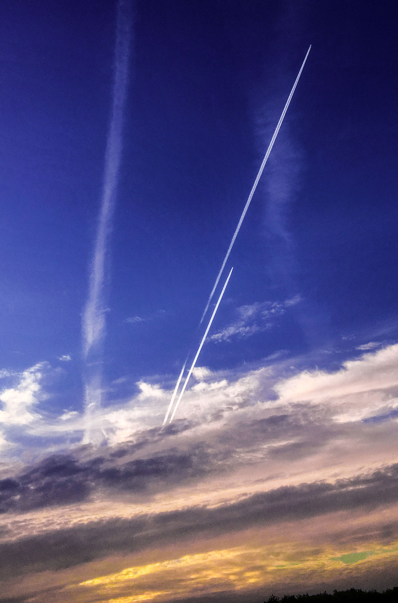 Flugzeuge am Morgenhimmel 7:00 Hout AM Beauty In Nature Blue Contrail Day Himmel Majestic Nature Naturephotography No People Outdoors Scenics Sky Streetphotography Sunset