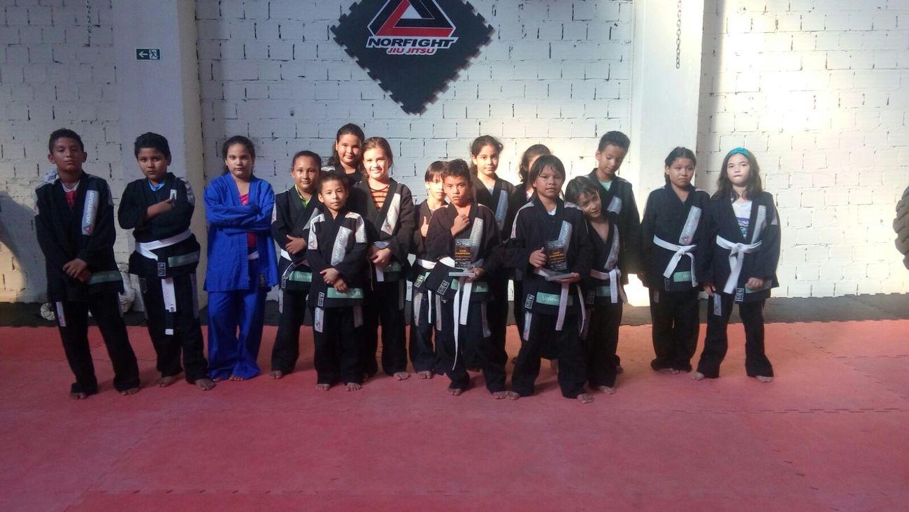 THESE Are My Friends hilary treinando jiu jitsu com seus amigos