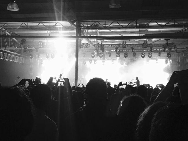 Ahora vemos los eventos a travez de pequeñas pantallas Person Music Concert Beer Large Group Of People FreeTime Disfrutando De La Vida Magic Moments