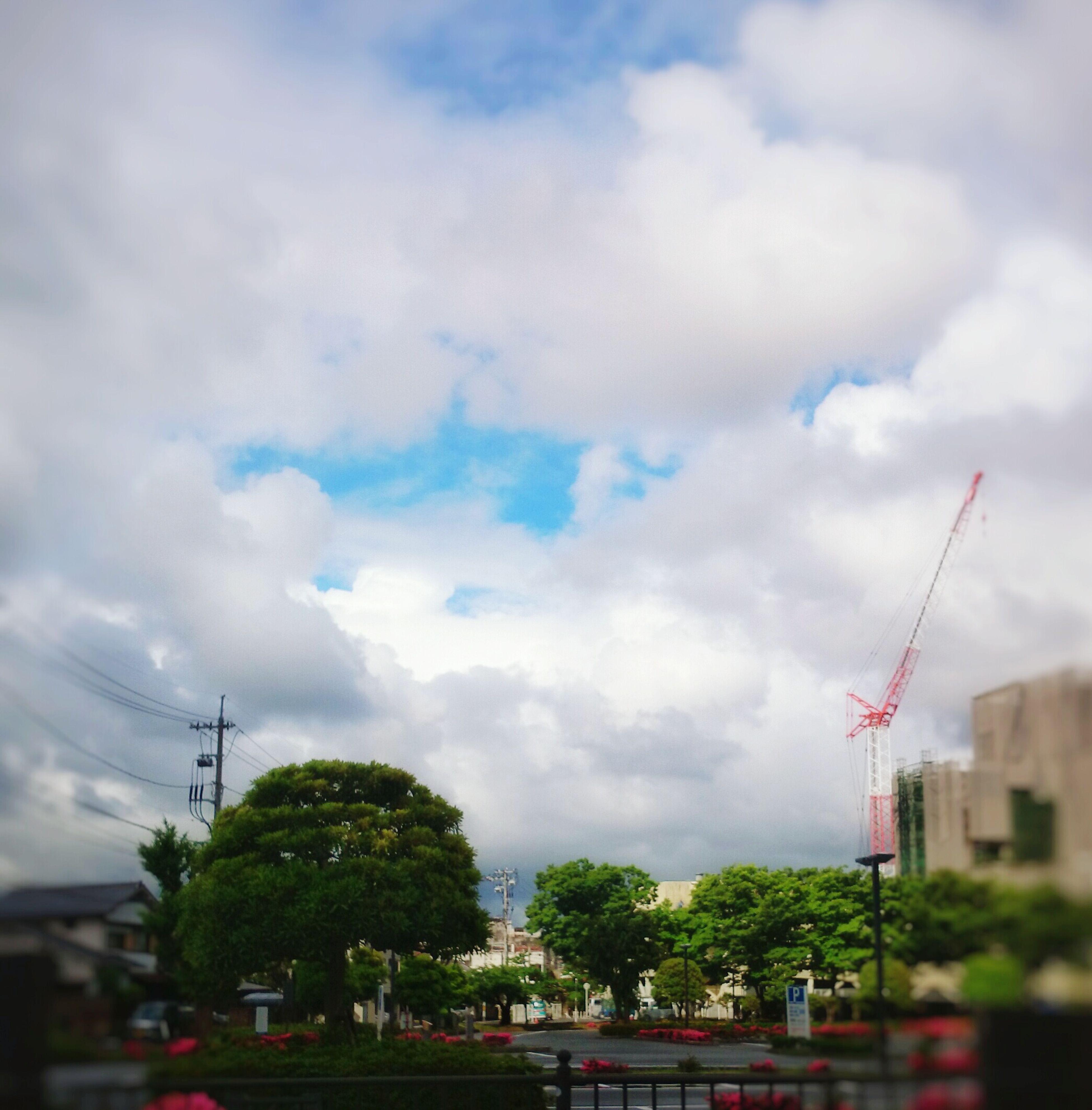 雨が止んだ。。雲に覆われながらも、青空が顔を出す。。やっぱり、青空が好きだなぁ。でも、肌寒い。半袖で頑張る私(笑) Taking Photos EyeEm Gallery Sky And Clouds 空