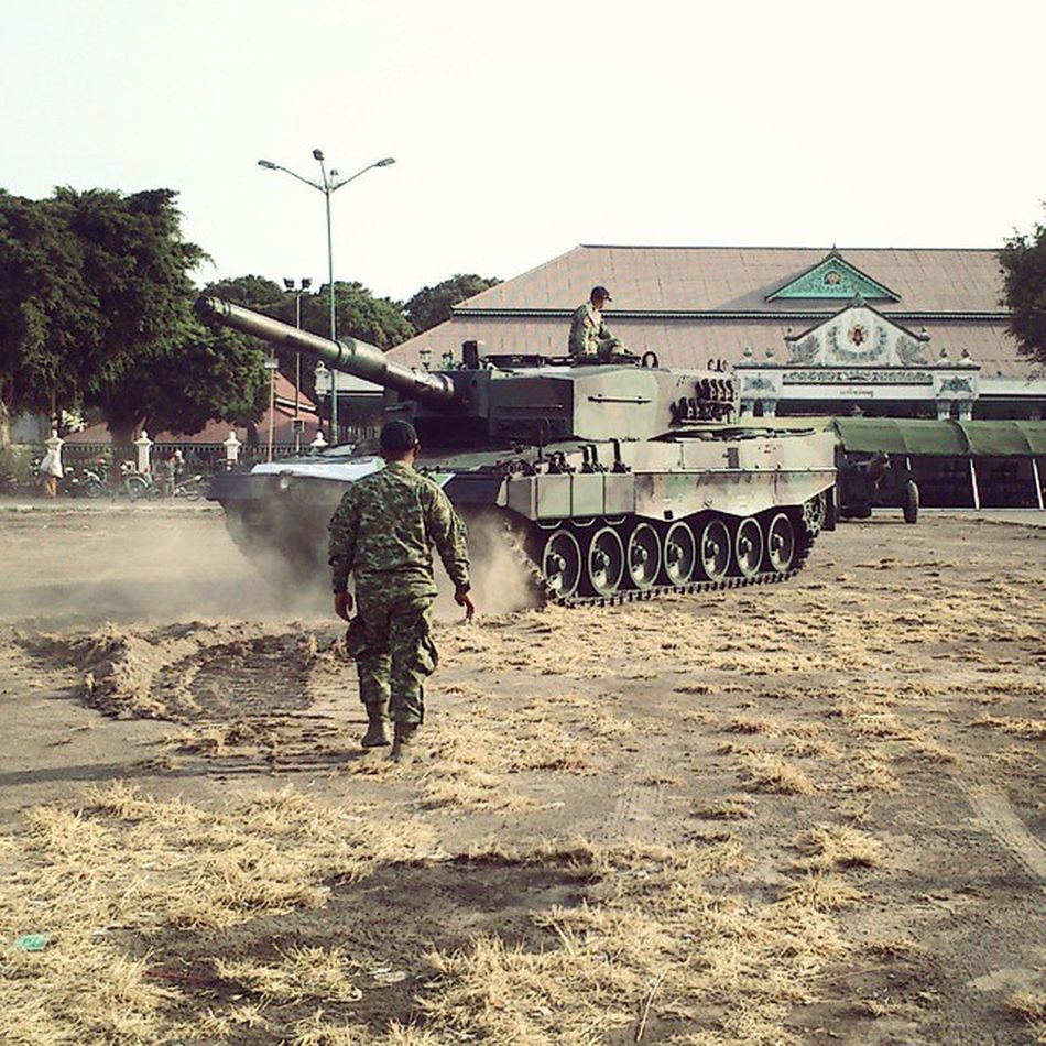 Leopard2A4 is in parking progress at Alun alun Utara Yogyakarta Latepost Leopard2 Jogja Jogjakarta Yogyakarta Altar Parking TNI Army Military Dust