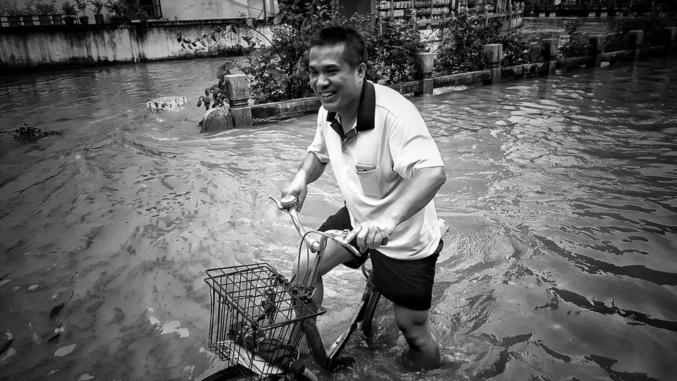 🗣:)When the disaster happens, we choose to smile to face.(China) Streetphotography Taking Photos Hello World Things I Like Eye4photography  Q EyeEmBestPics From My Point Of View EyeEm Best Shots EyeEmbestshots EyeEm Gallery Eyeemphotography Canonphotography The Photojournalist - 2016 EyeEm Awards Everybodystreet The Week Of Eyeem Our Best Pics Showcase May The Great Outdoors With Adobe Hanging Out Blackandwhite Black And White Up Close Street Photography Canon EyeEm Best Pics
