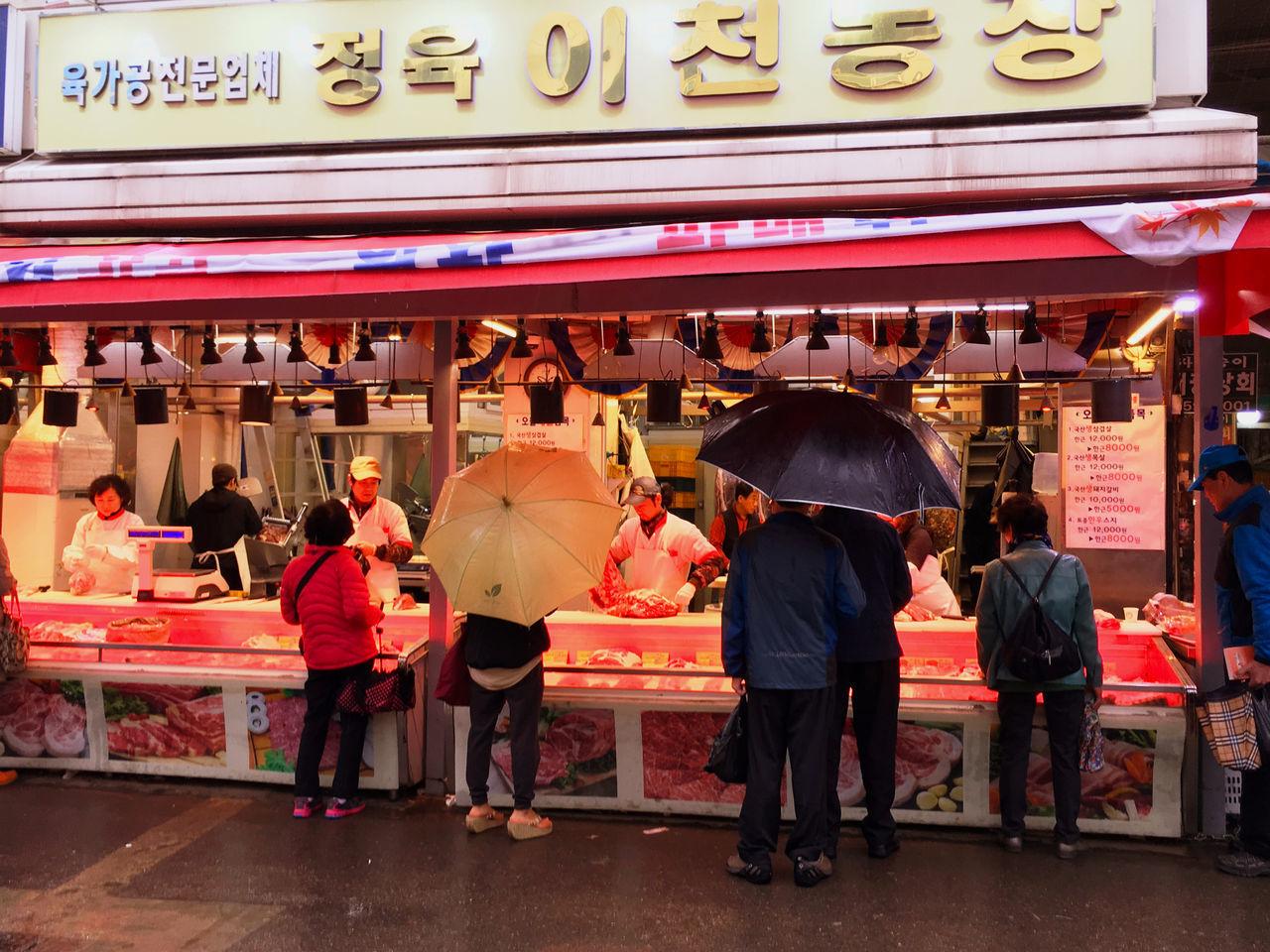 肉はサシの入ったものよりも、赤身と脂身がはっきりも分かれているものが好まれるようで、親近感がわく。最近の日本のサシの入った肉は苦手なので、いろんな食材や部位を使った料理のレパトリーも豊富で、店ではいつもチョイスに悩む。(笑)精肉店は、目の前で切るなどの処理を心掛けているようで、決して客に背を向けたり奥で調理をするということがない感じ。手元と食材の全てを見せている。 EyeEm Korea Korea Koreatown Streetphotography Korean Food Herbal Medicine Market Meat! Meat! Meat!