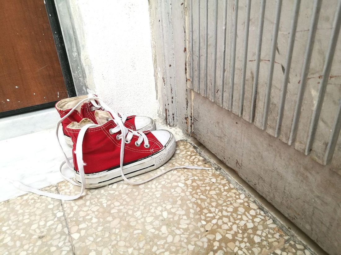 Au pas de la porte No People Day Red Outdoors Close-up Converse Shoes Sneakers Palermo Italy Life Lifestyles Summer EyeEm Best Shots EyeEm Gallery EyeEmNewHere EyeEm Selects Quotidien Palermo,Sicilia Sicily Sicilia Baby Chaussure