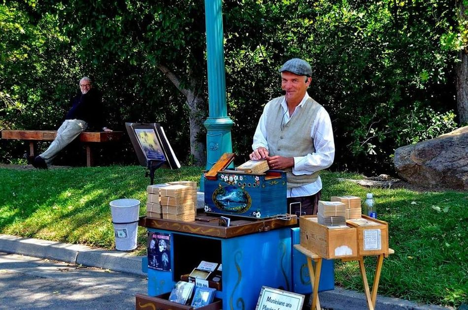   the organ grinder (the most charming)   Love the guy sitting on the bench in the back smiling... 😊 Organ Healdsburg Farmersmarket California Sonoma Sonoma County Summer Sommer Tradition Hanging Out Pictureoftheday EyeEm Best Shots Enjoying Life Picoftheday Photooftheday Blue Blau Smile Lächeln Music Musik Oldthings Market Art Arts