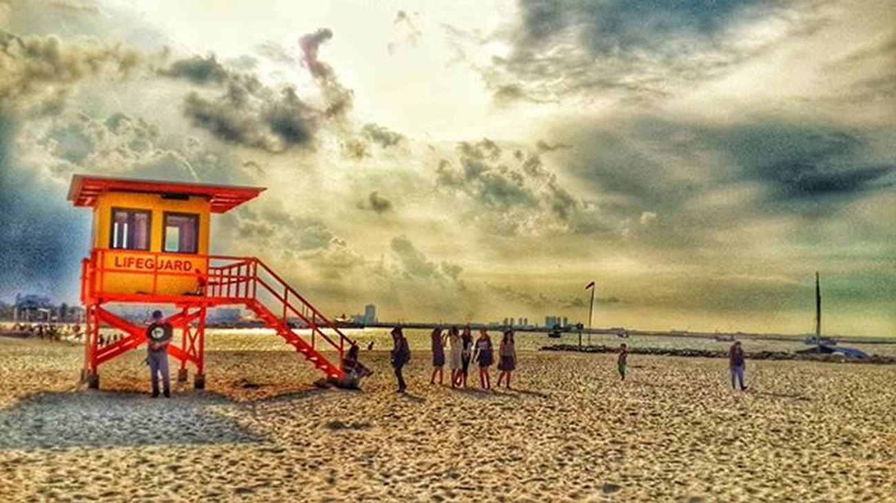 Life guard.... Unggah bersama @geonusantara Geo011600669 Geohardiknas16uber Geosemarang469uber Lokasi:ancol,jakarta utara Keluarga Geonusantara Geojabodetabek Sun Sunset Sunsets Sunsetbeach Sunset_pics Sunsetlovers Summer Land Landscape Lands Landscape_captures Landscape_lovers Beach Beautiful Phonegraphy Photo Photography Photograph Photographer Phonegrapher peace catatan_negeri mataponsel Peace