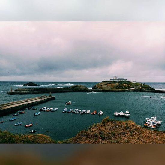 Días grises en el Paraíso Paradise Tapiadecasariego Asturias Asturiasparaisonatural Northcoast SPAIN Puerto Harbour Faro Lanchas Barcos Boats Windy Rain Sea Saltwaterlife Saltwaterfishing