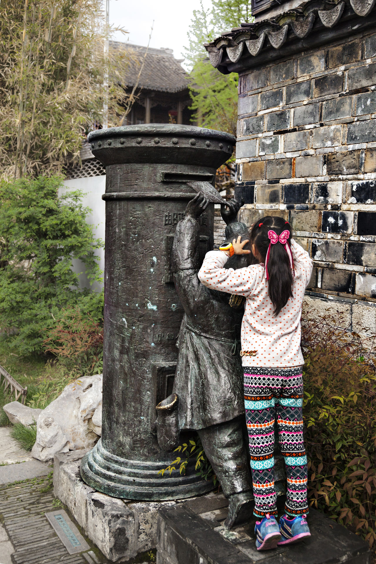 I will help you -Roadside sculpture and girl Mailbox Roadside Sculpture Architecture Built Structure City City Life Day Girl I Help You Leisure Activity Lifestyles My Commute Outdoors Sculpture To Send