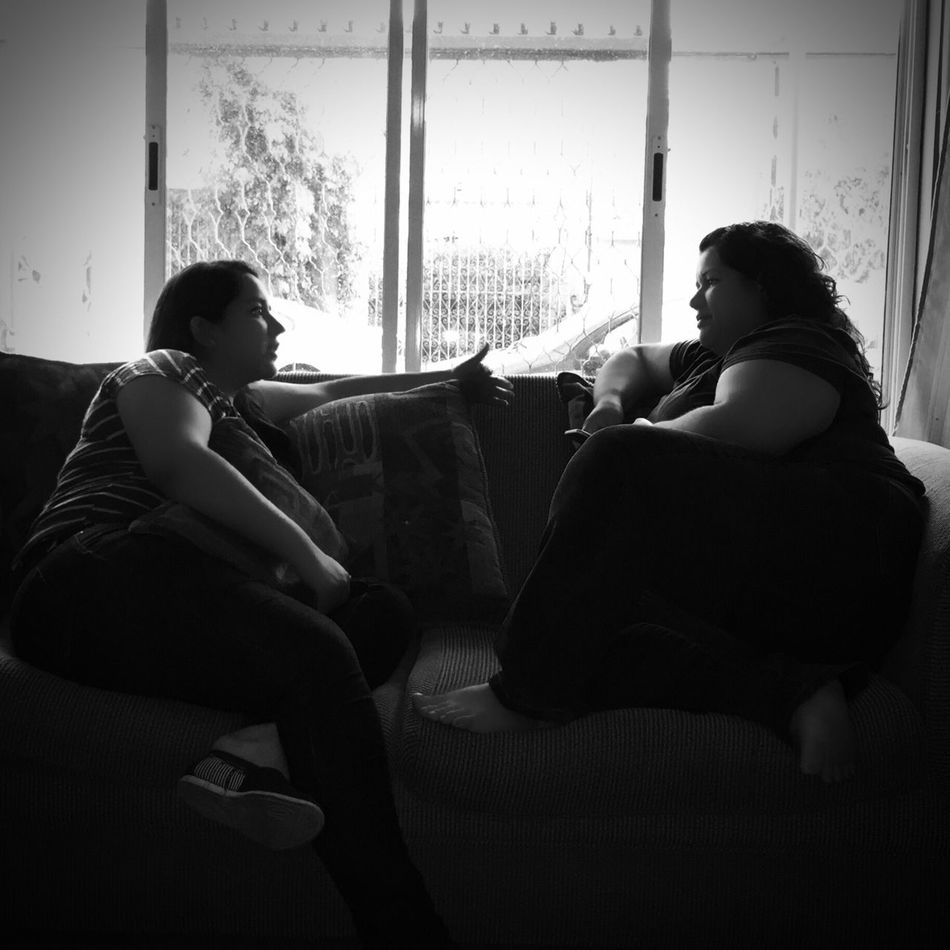 Platica de hermanas! Check This Out Sister ❤ Hanging Out B&W Portrait Hermanas <3 Black & White B&w Hermanas Hermana ♥♥ Hermanastime