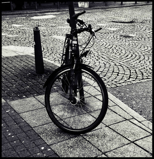 Abgestellt Bicycle Black & White Black And White Blackandwhite Photography Darkness And Light Fahrrad Hamburg No People Stones Streetphotography