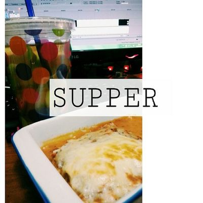 teringin. Jd chef ler memalam. I know its cheezy and yummy and all that calorie it contains but nobody can resist a hot lasagna after bath. I got green tea to cover it up as if it possible. Hahahhaha.. Goodnyte from thefataish.