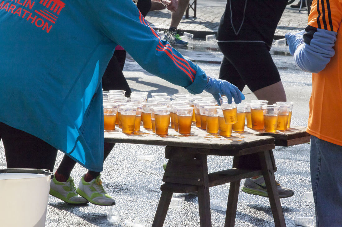 Anonym Berlin Drink Food And Drink Getränke Getränkestand Halbmarathon Helfer Menschen Refreshment Sport Table Verpflegung