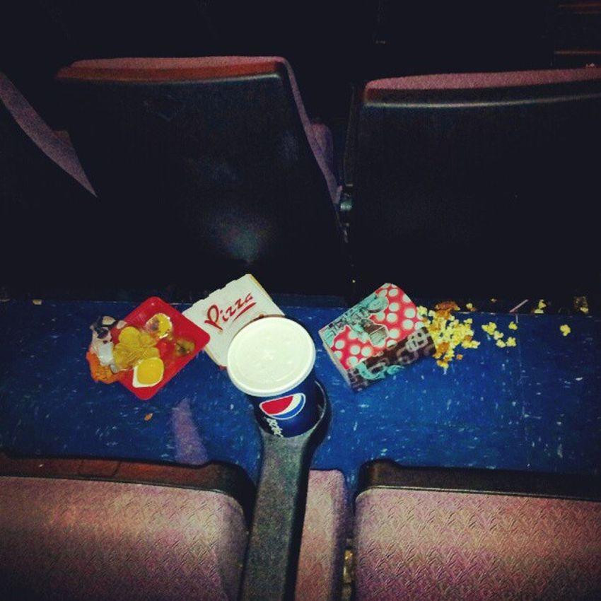 Esta era solo uno de los pasillos del cine Cinemex , los demas estaban igual o peor... Ke Asko