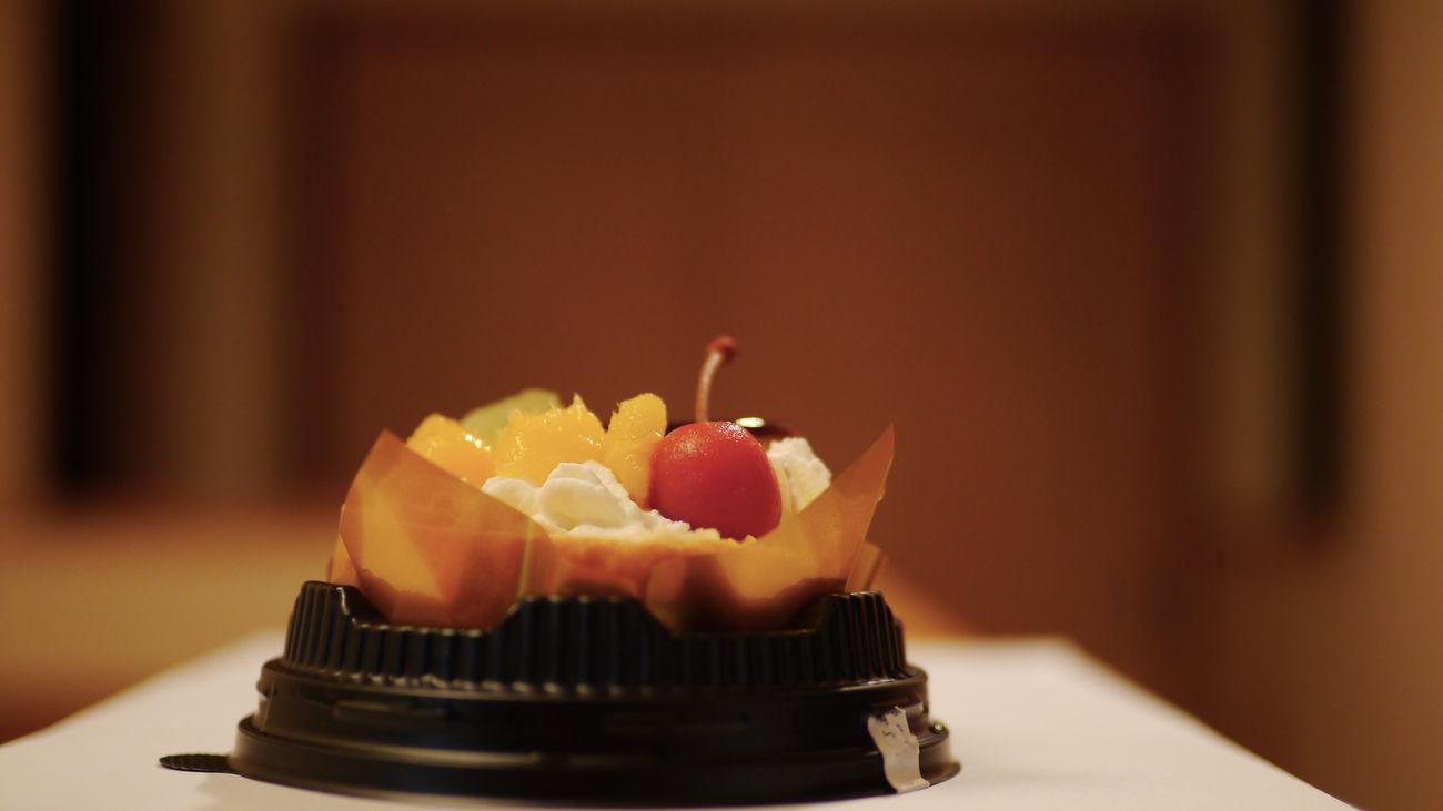 すっかり秋。。。で私、 スイーツテロ を忘れていました(笑)。てな訳で急遽 セブンイレブン で仕入れたロールケーキアラモード(税込360円)を Real Time Feed 😉 Convenience Food Lowlight Photography Ready-to-eat Selective Focus Seveneleven Sweets 何でこんなの撮っちゃったんだろう LEICA D SUMMILUX 25mm de Cakelovers Swiss Roll A La Mode Indoors  Nofilter Bokeh Photography