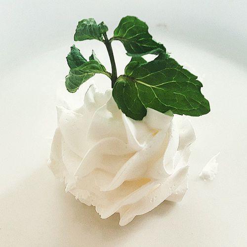 Phần kem thừa bé xíu xíu của cái bánh. Thật đáng yêu quá đi à :3 Cream Cute White Lovely Fat Yummy Weathergirl Coffeshop