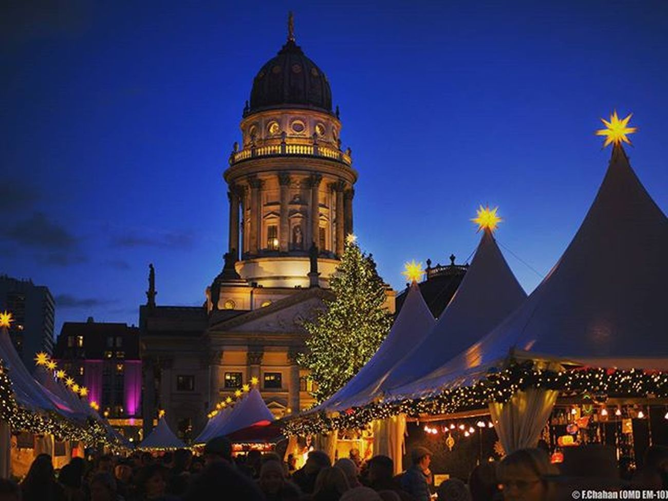 Berlin Gendarmenmarkt Weihnachtszeit Advent 3Advent Weihnachtenberlin Christmasinberlin Weinachtsmarkt  Weekend December Dezember Dezembertage Adventszeit Christmasmarket Christmaslights Weihnachtsstern Together Myhometown Berlincity Berlinevenings Mitte Berlinmitte Visit_berlin Mynextxmas