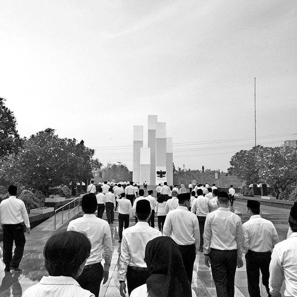 Tabur bunga Taman Makam Pahlawan Nyekar Upacara People
