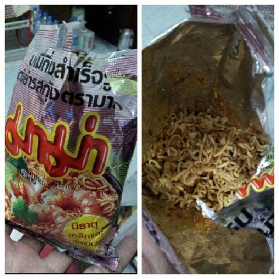 มื้อสุดท้ายของวันนี้ @mungkudtumu @note_zero @octoiijane @tuktatumu @ipurepure น้ำลายไหล ไม่ได้กินตั้งนาน มาม่าต้มยำกุ้งออริจินอล แซ่บอีหลี ต้องคลุกให้ทั่วกินระวังหก