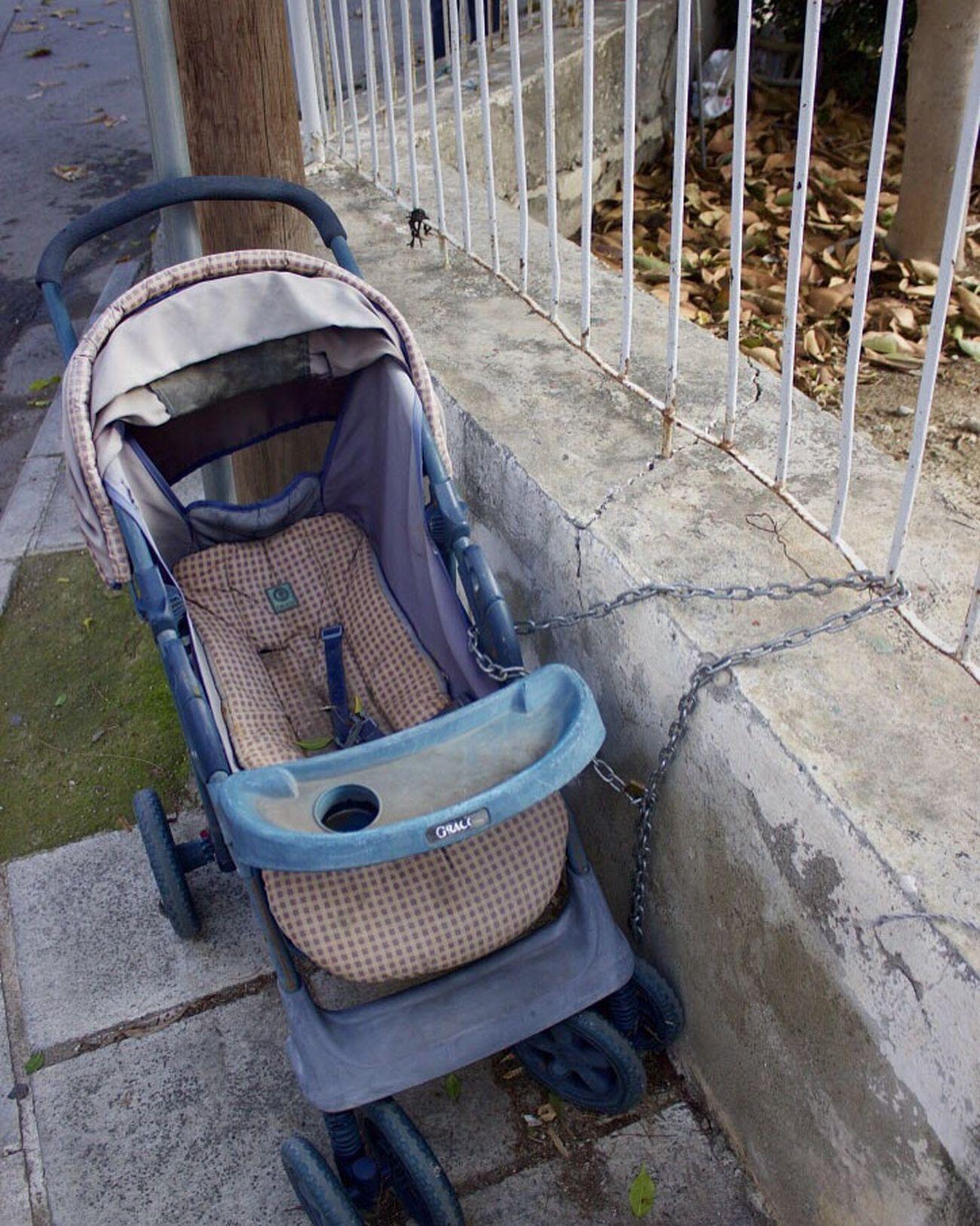 🤔 Chains Lock Old Walking Around The City  Streetphotography Strange Days Photooftheday ? Broken Crazy