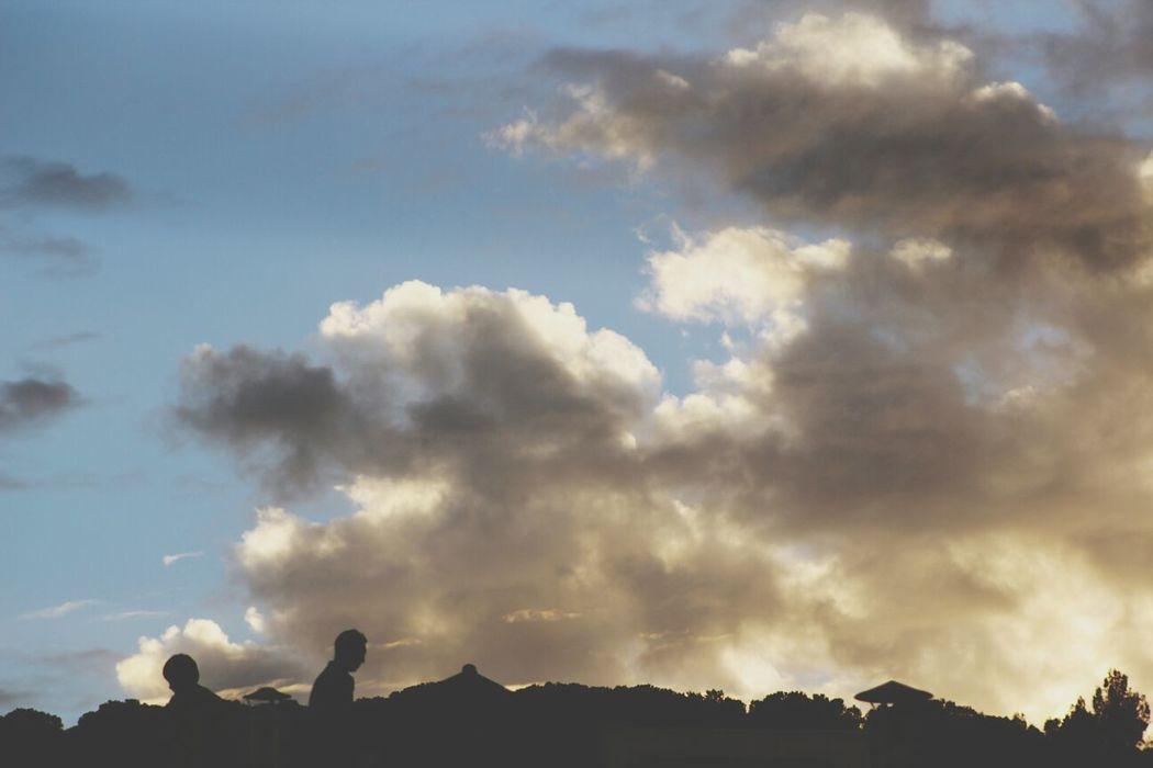 la cabeza en las nubes