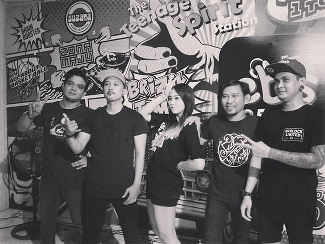 Alhamdulillah lancar IGNR Live On Air Cafe31 EBS Fm Rocks Music Indieartist Onstage Performance LiveMusic Videos Live Surabaya Youtuber Altpress Magazinemusic Magazine Kerrangmagazine HaiMagazine Citymagazine