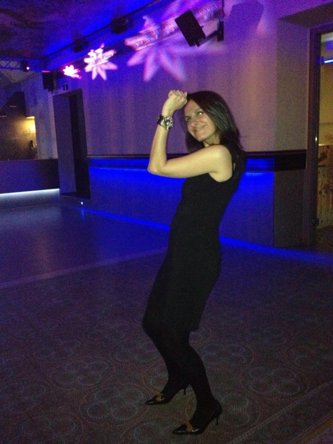 Bailando, me paso el día bailando ;)