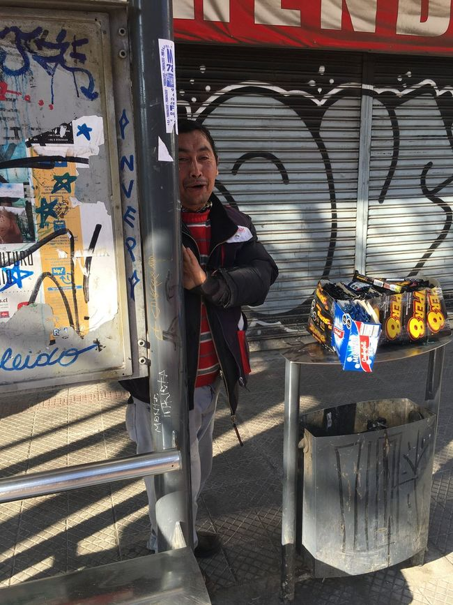 Él pulga .. Vendedor ambulante con vergüenza Taking Photos Santiagodechile Paradero De Buses The OO Mission On The Way Capture The Moment People Santiago De Chile Check This Out Cualquier Dia Calle People Photography People Portrait