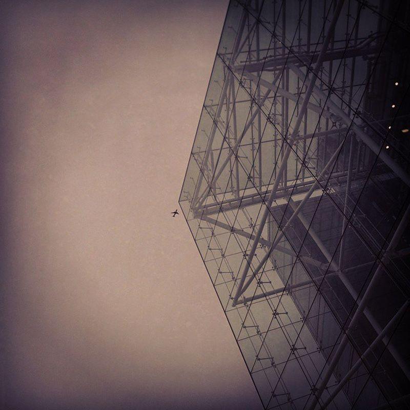 Airplane London Glasspyramid