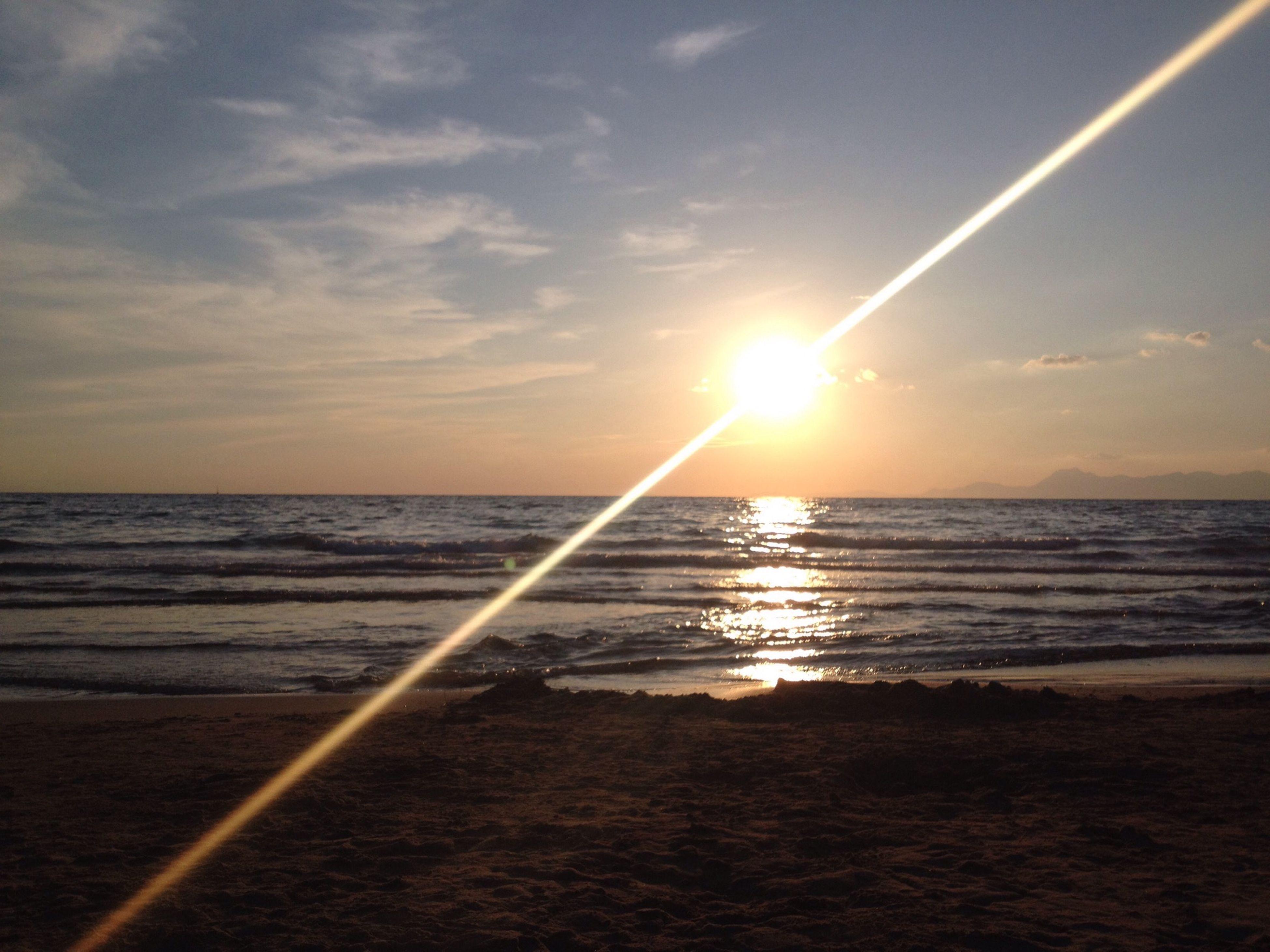 sea, sun, horizon over water, water, sunset, sky, scenics, beach, tranquil scene, beauty in nature, tranquility, shore, sunbeam, sunlight, reflection, idyllic, nature, cloud - sky, lens flare, wave