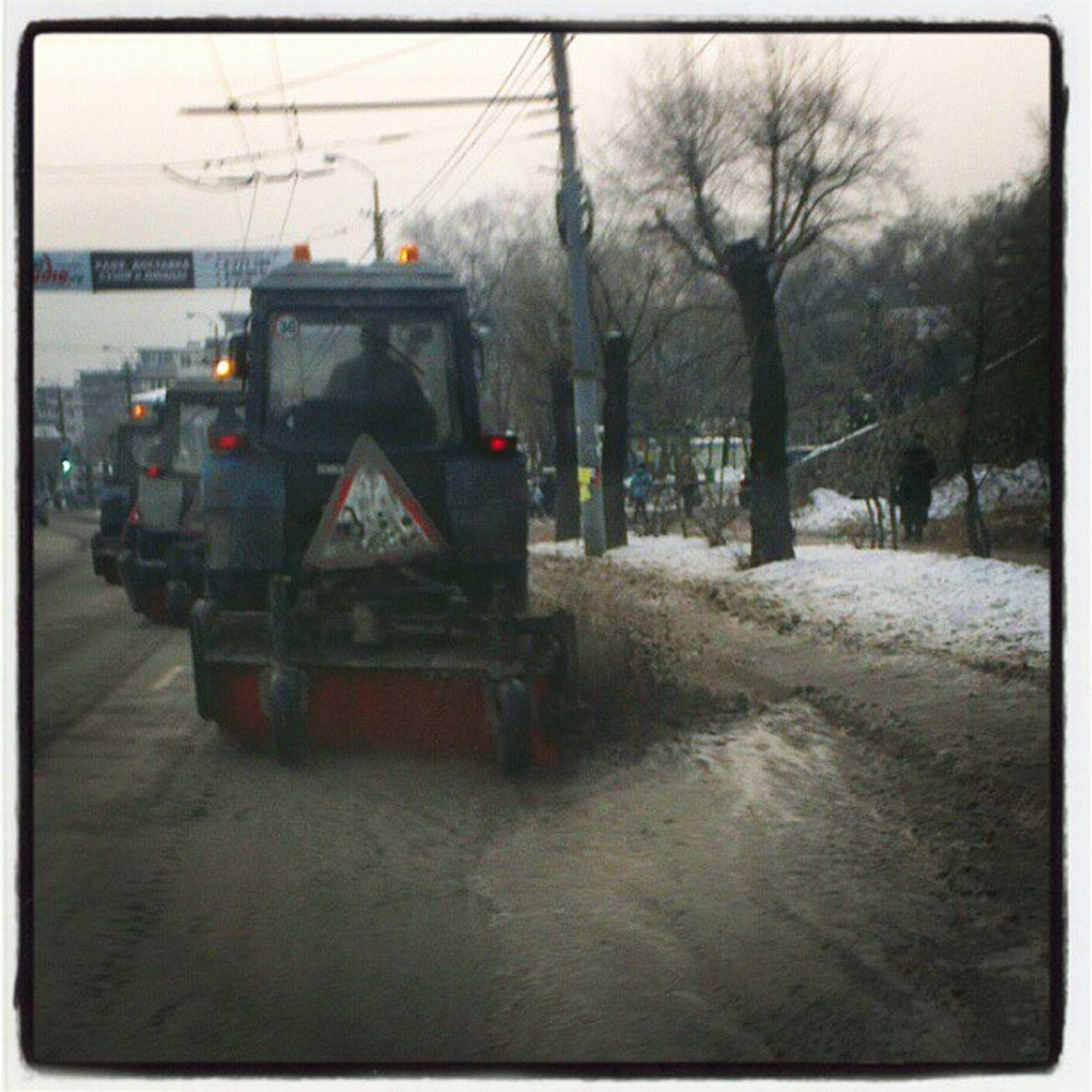 Это  Владивосток, детка! Трактора гоняют воду по улице Русской!  маразмкрепчает  мэригорь