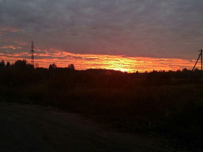 Красивейший закат закат🌇 Beautiful Nature небонастоящее в нашем маленьком городке. Жаль, что выходные так быстро пролетают, но природа не перестает нас радовать. Hello World Dno