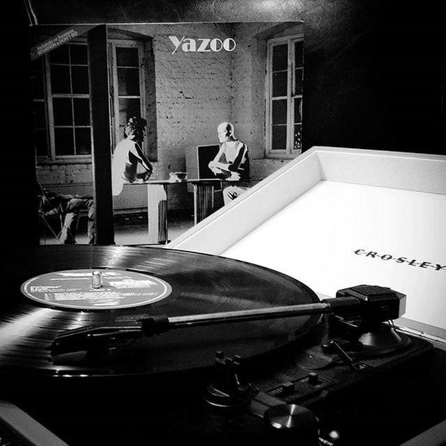 Hora de atazanar o povo no escritório e ouvir um pouco de Yazoo (ou Yazz nos EUA), dupla britânica de Synthpop , que foi sucesso nos anos 80 . Upstarts At Eric's é um grande álbum e possui vários hits, mostrando o belo entrosamento de VinceClarke com Alysonmoyet . Sou suspeito pra falar, mas o disco é fantástico .. Music Vinyl Vinil LP Retro Eighties Record Album Vinylcollector Vinylcollection 80s Vinylplayer Vinyladdict Vinilforever Crosley