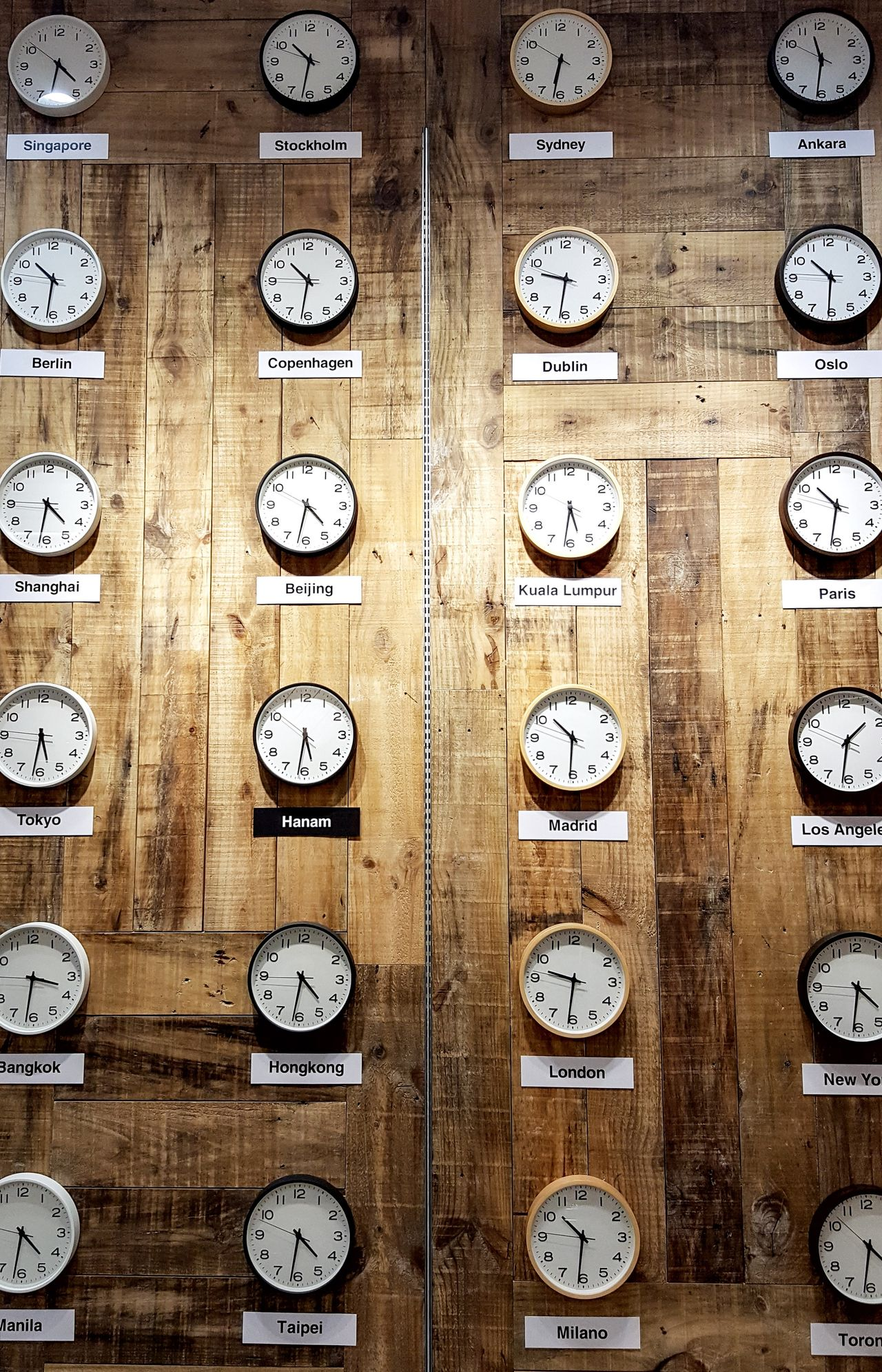 Clock Clocks Clock On The Wall Time Time For A Race Timelapse Time Travel Feeling Inspired Getting Inspired Backgrounds Full Frame History Symmetry In A Row Arrangement Group Of Objects Geometric Shape Order No People TakeoverContrast Colors and patterns