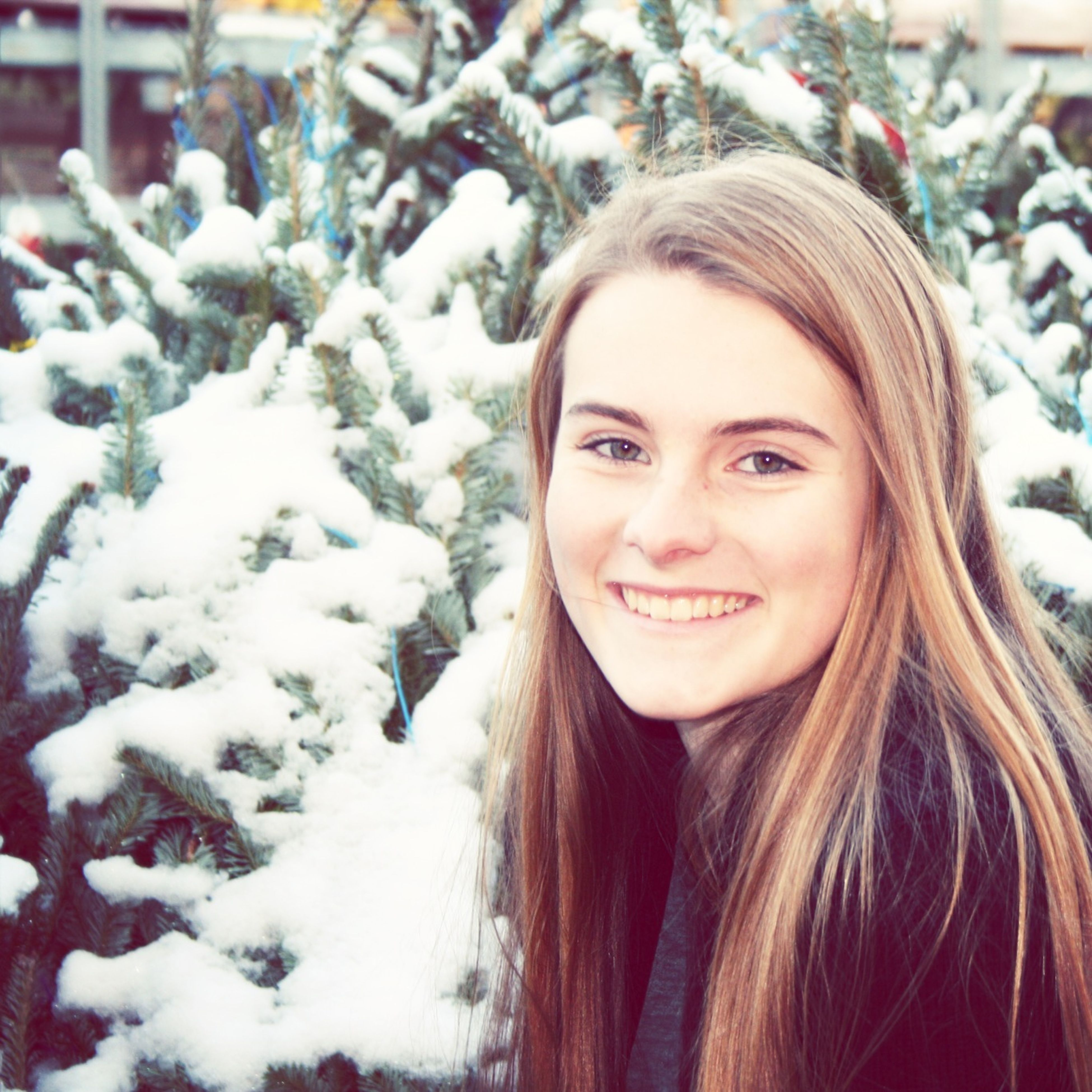 portrait, looking at camera, young women, long hair, person, lifestyles, winter, headshot, young adult, leisure activity, front view, smiling, focus on foreground, snow, cold temperature, season, warm clothing
