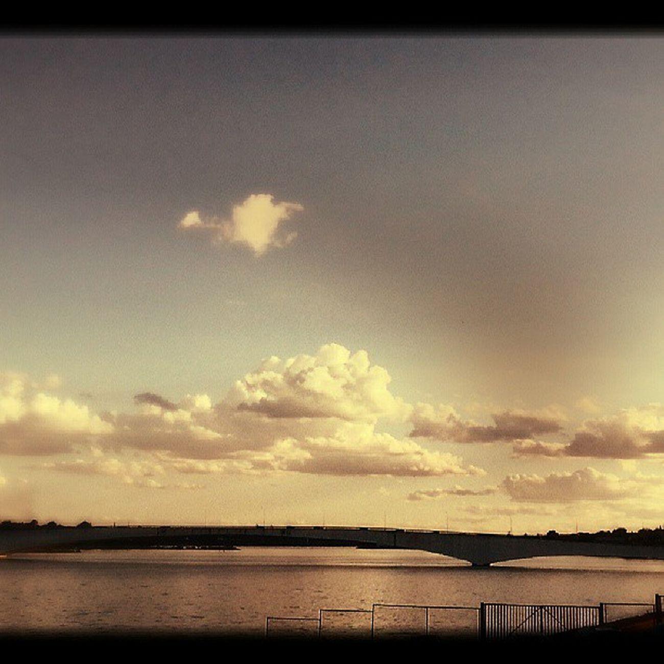 Olhando o Lago do Paranoa e lembrando do meu Amor @giselepirescn . Ja c saudades.