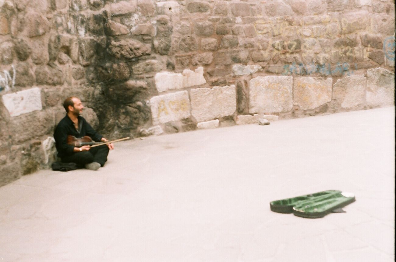 Analogue Photography Analogue Zenit 35mm Fujifilm 200 Real People Streetphotography Musician Violin Wine