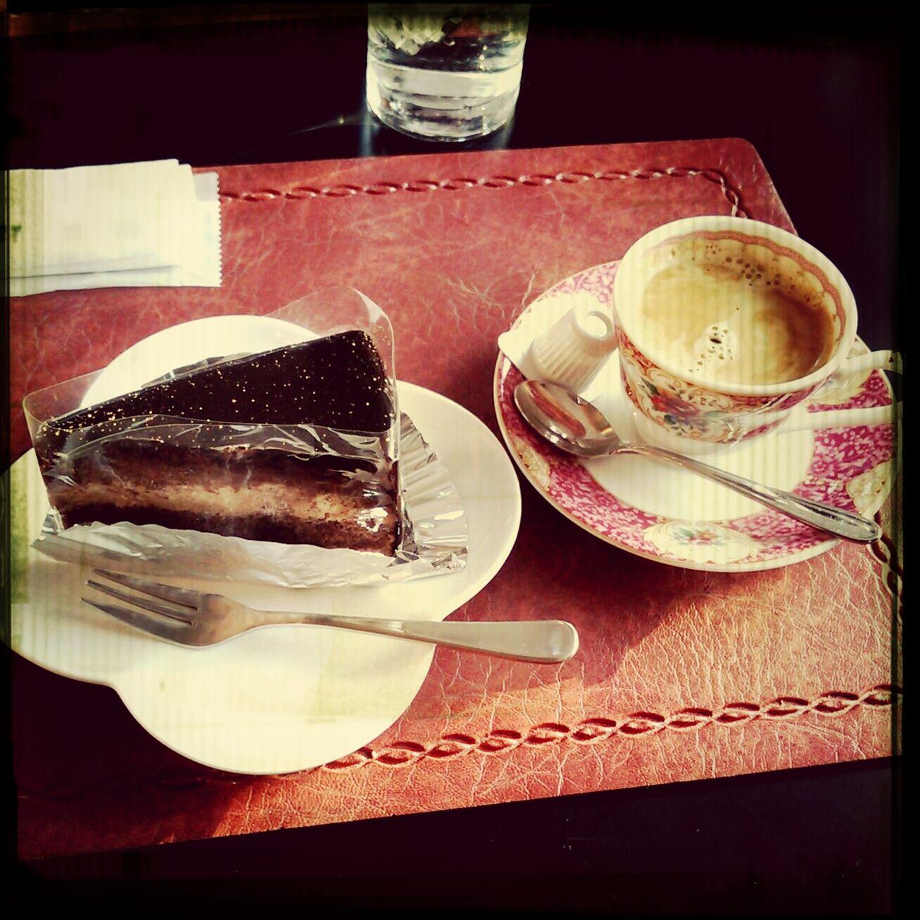 ガトーショコラと、1杯おかわりできるエスプレッソ Chocolate Cake Cakes