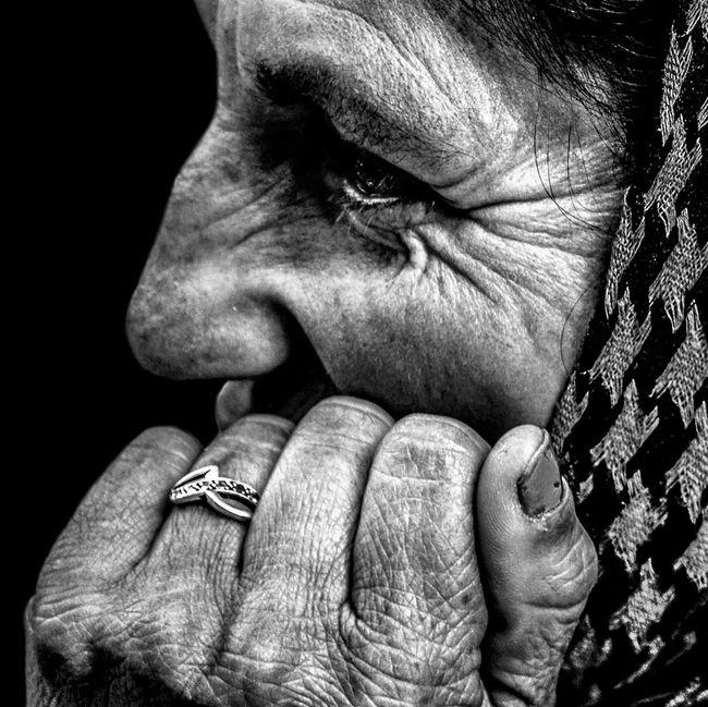 Anonymous portrait... Así es que el ruiseñor se apretó más contra la espina, y su canto se hizo cada vez más sonoro, pues cantaba el nacimiento de la pasión en el alma... Oscar Wilde. Streetphotography Blackandwhite Portrait Street Portrait The Portraitist - 2015 EyeEm Awards Streetphoto_bw Bw_portraits EyeEm Best Shots My Best Photo 2015 EyeEm Best Shots - Black + White The Human Condition EyeEmbnw RePicture Ageing B&W Portrait Bw_collection