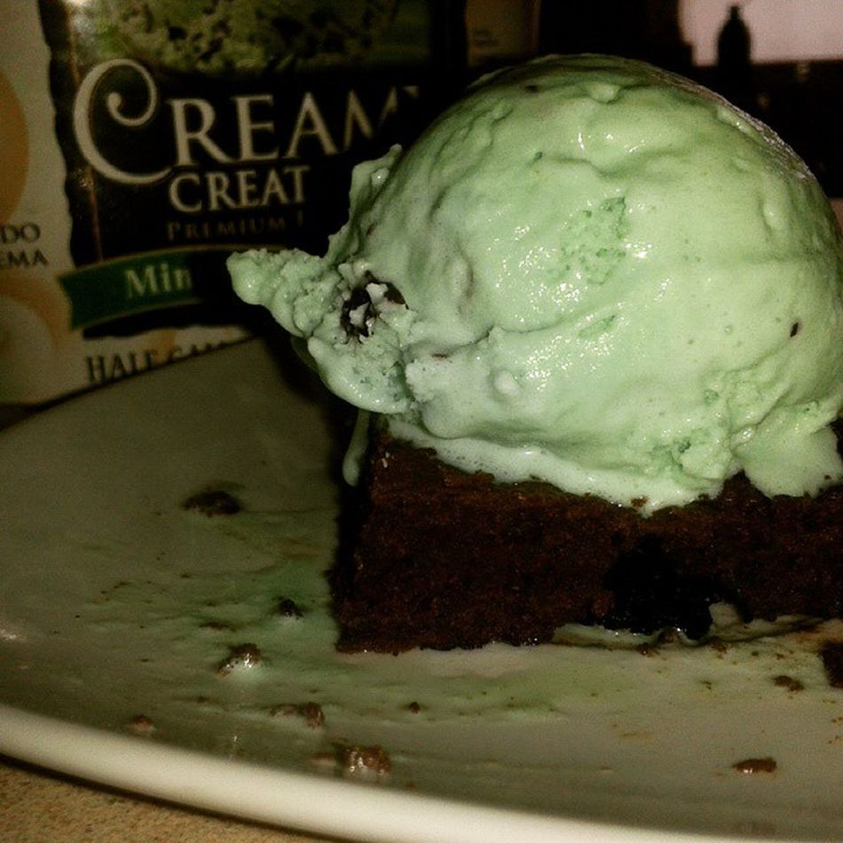 El postre del día de hoy Brownie Icecream Dessert HomemadeBrownie Yummi Sweet CreamyCreation Mintchocolate Chocolate SPLENDA