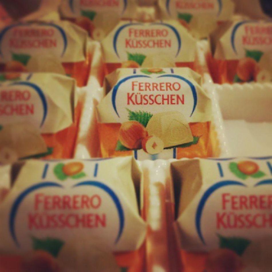 Ich hasse Ferrero dafür K üsschen Weisseschokolade 57kalorienPROST ÜCK MiteinemHappssindalle20imMund