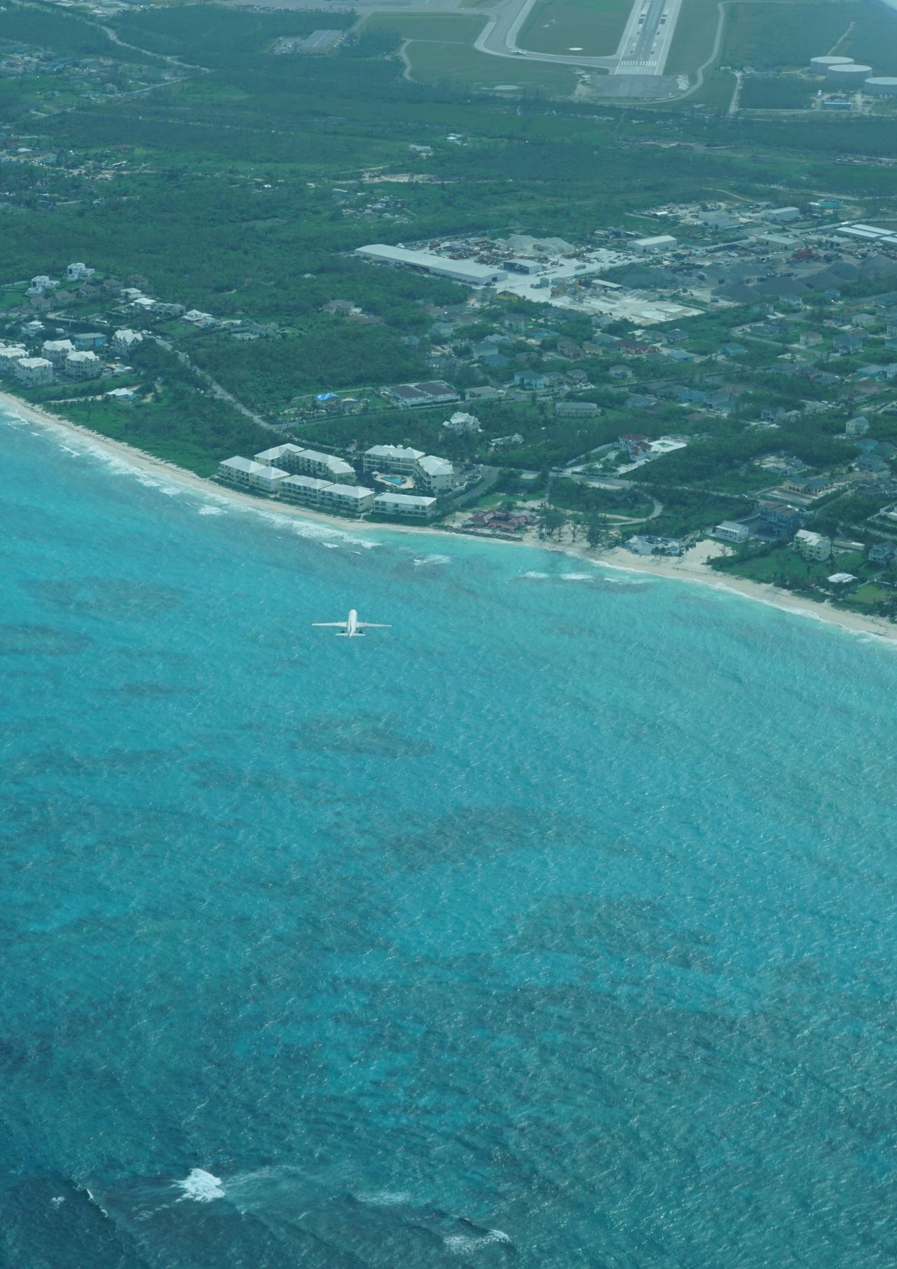 Airliner on approach to runway 14 Nassau Bahamas 45201 Bahamas Beach Photography Aerial Photography Outdoors Aerial Shot Beachphotography Aircraft Airplane Low Angle View Aerial