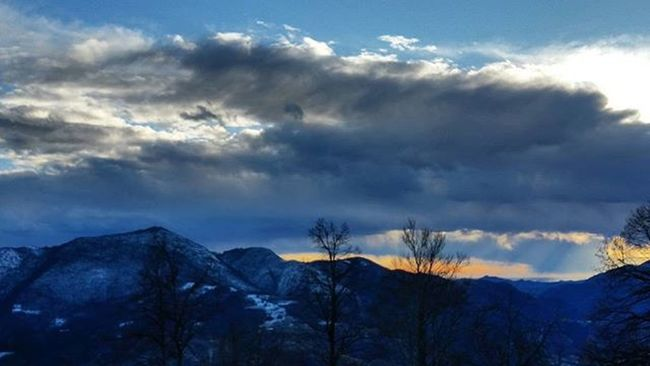 Basta un giorno così 🎶 Awesome Naturelovers Nature Sky Skyscape Skylovers Skyporn Winter Winterscene Snowday Clouds Mountain Horizon Landscape Nature_shooters Natureaddict Natureseekers Skyporn Bestview Twilightscapes Landscape Sky_collection Instanature Landscapelover Vsconature vscooutdoors