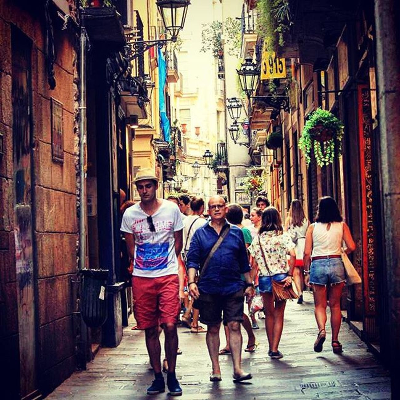 People Oldroads Oldcity Streetphotography Barcelona Barcelone Catalonia SPAIN Summertime Photographyislifee Takingpictures