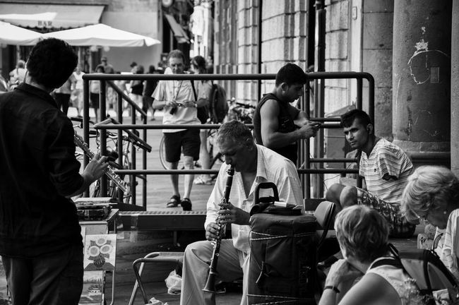 Casual Clothing Day Friendship Leisure Activity Lifestyles Medium Group Of People Men Music People Together Sitting Straßenmusiker Street Photography Streetphotography Talking Teamwork
