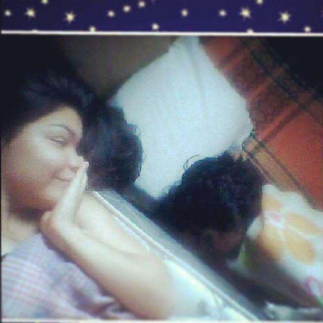 Mimi não sabe usar um travesseiro e me ama tanto q se dorme tão perto da minha cama que se desse estaria em baixo dela kkkk Minhabestfriend MinhaIrma