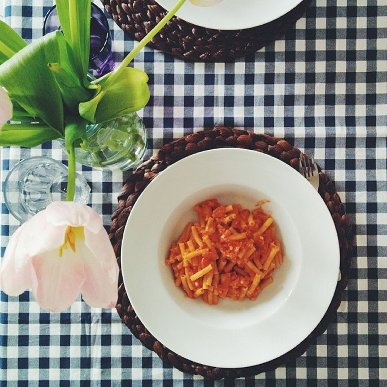 Pasta with lots of tomatoes, onions and peanut butter to cheer up this gloomy day 🍝 I love the new table cloth we bought in IKEA. And the tulips!🌷Our kitchen is so spring, it's awesome 😊 Pasta Eataly Foodiesfeed Food foodsii foodstagram foodgram instafood foodlove foodporn foodstyling foodie eatclean wholefood healthy healthyfood foodphotography nexus5 vsco vscocam vscogood vscofood vsco_food instagood tasty delicious heaveninmouth spring vscovibe