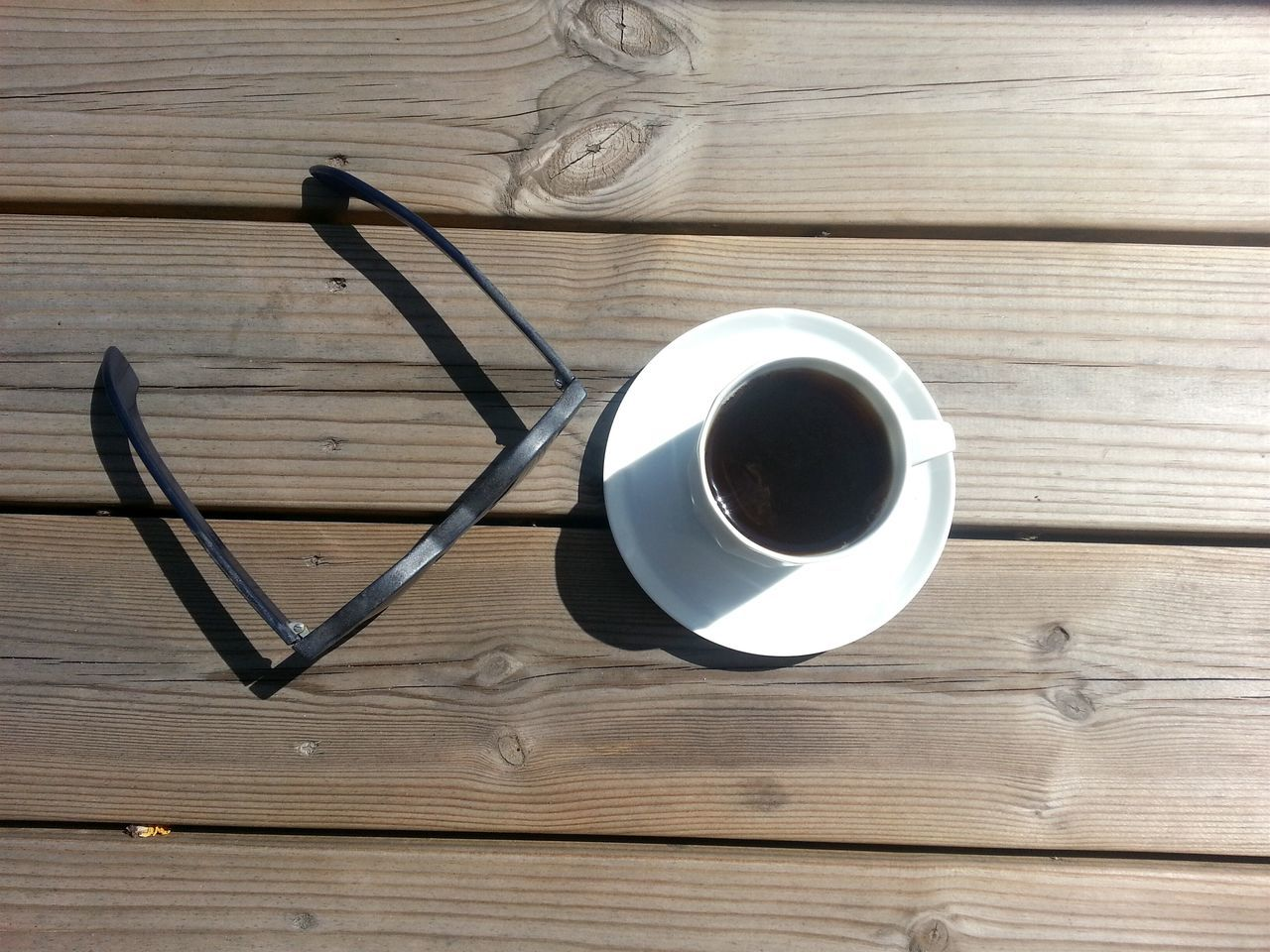 Summer Essentials Coffee Sunglasses Wooden Surface Sonnenbrille Kaffee Coffee At Home