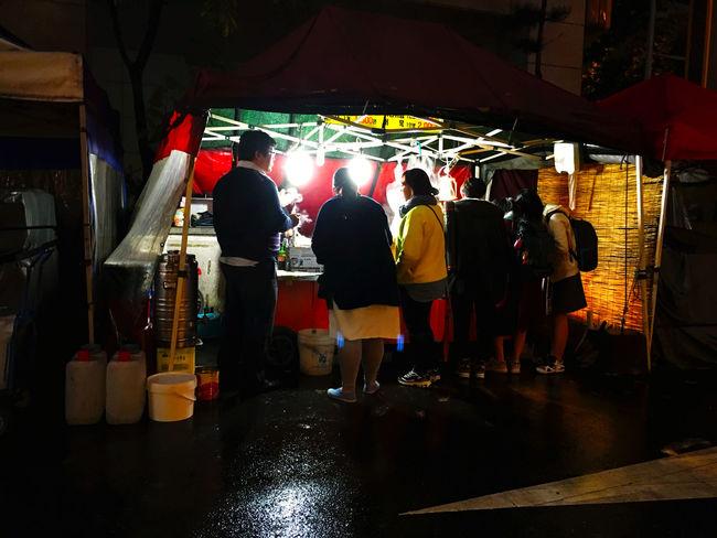 韓国 Korea の食習慣って面白くて、食事と飲みをしっかり分けること。日本の居酒屋みたいに一緒くたにしない傾向がある気がする。もちろんみんながそういうわけではないのだけれど、本格的な食べの時は飲みはかなり控えてて、本格的な飲みの時はほとんど食べない。若者はほとんどビールしか飲まなくて、二軒目で焼酎に行く。いろんな店に入ったけれど、昔からの店の方が料金も安くて美味い傾向が強い気がする。料金も1.5から2倍近く違う。日本でいうなら、赤ちょうちん系?の、韓国伝統系の方が好きかなぁ。 EyeEm Korea Koreatown テジョン Foodporn Stall Market Stall Food Stall 街中で、こんな風に屋台を見かける。お酒や飲み物は出していなくて、店同士で住み分けてる感じ。 トッポギ おでん やきとり みたいなのを売っている。これも日本より美味い。ちゅーか、更に安すぎる。50円から500円までいろいろ。伝統系は安く、海外や日本的な流行のものやコーヒーは驚くほど高く、スタバに至っては日本より高い。